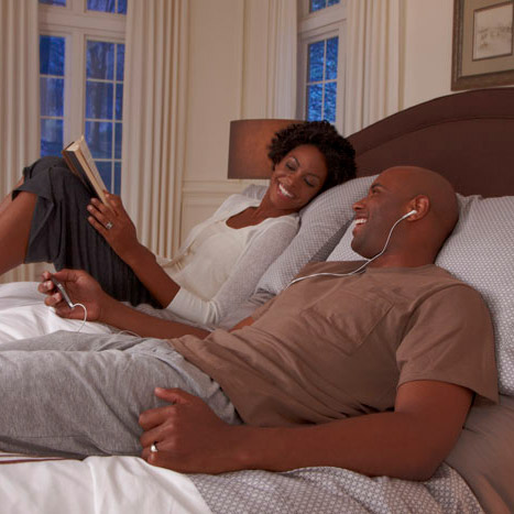 married couple laying in an adjustable bed talking – Adjustable Beds by Hazouri